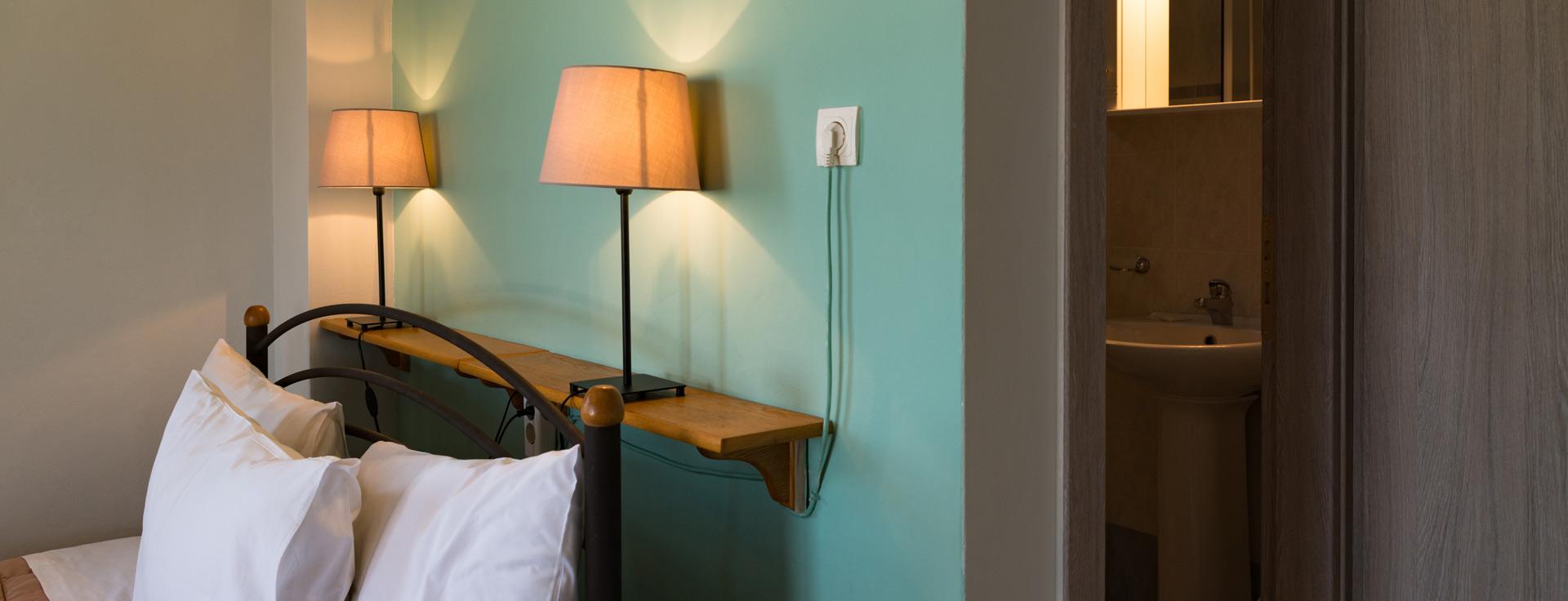 Δωμάτιο με διπλό κρεβάτι στο Lemonia Accommodations.